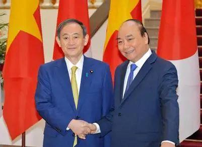 菅义伟和阮春福(右)举走首脑座谈 图源:日媒