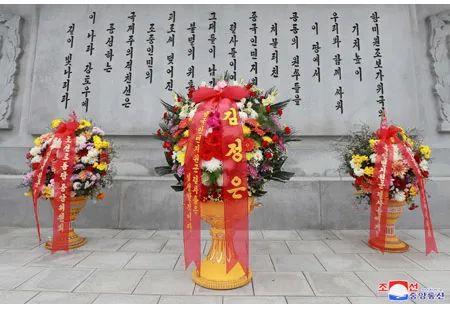 朝鲜人民军仪仗队在友谊塔整齐列队。中朝两国国歌奏响。