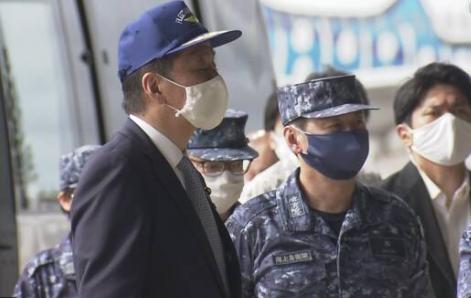 岸信夫视察冲绳自卫队基地 (图源:NHK)