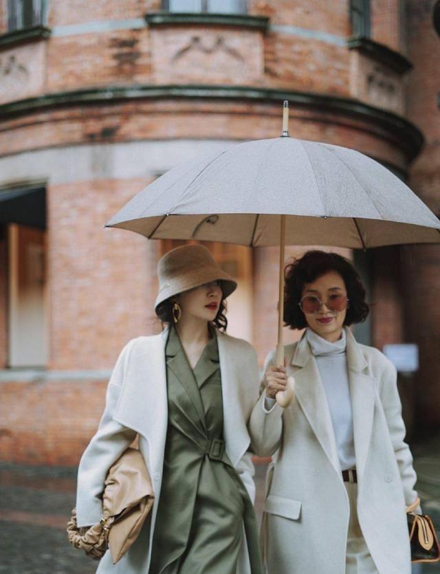 """三木又和妈妈一起晒穿搭,都穿白色大衣,超像""""同龄人"""""""
