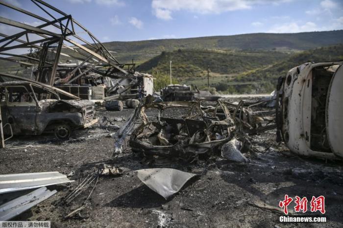 原料图:当地时间10月15日,亚美尼亚和阿塞拜疆的冲突在纳卡地区不息进走,Martakert地区一家医院在战火中被损坏。