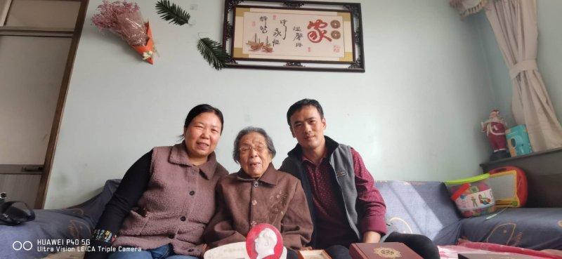 百岁老人谈养生 102岁老太自己洗衣服,爱听戏曲看新闻