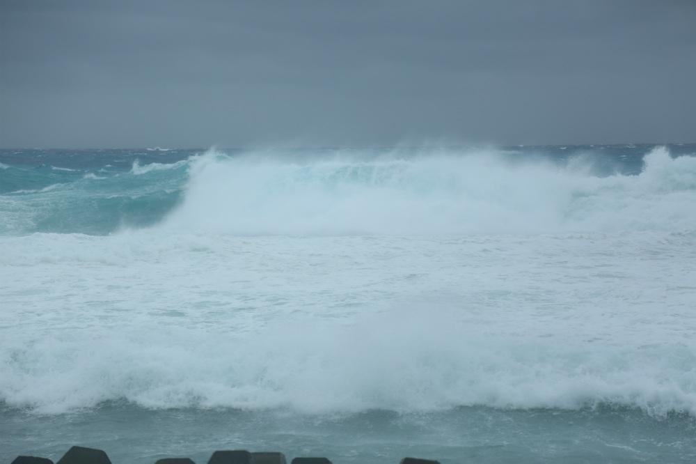 """台风""""沙德尔""""来袭 海南三沙永兴岛风卷浪涌"""