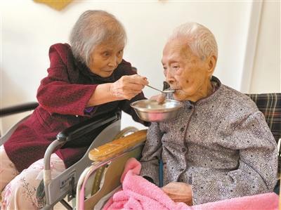 82岁女儿和103岁妈妈开启24小时陪伴式养老