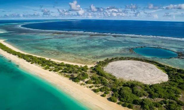 """位于马绍尔群岛的核废物填埋场——""""鲁尼特穹顶"""",被当地居民称作""""坟墓""""。图源:英国《卫报》"""