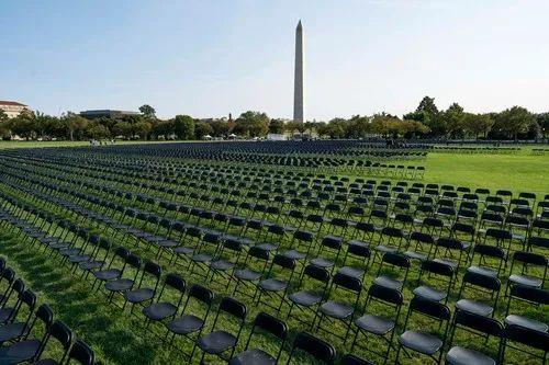 ▲10月4日,在美国始都华盛顿,椅子摆放在白宫外南侧草坪上。当日,2万把椅子摆放在白宫外南侧草坪上,悼念美国超过20万新冠逝者。新华社记者刘杰摄