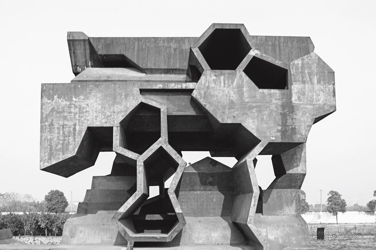Herzog和deMeuron在金华修建公园里的野蛮主义雕塑(2007年)