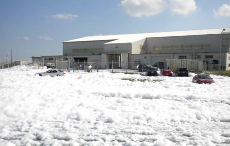 2013年,冲绳县嘉手纳空军基地自动熄灭体系展现故障,喷出数万升消防泡沫。