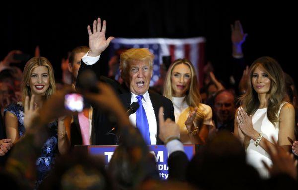 2016年5月3日,在美国纽约,共和党总统竞选人唐纳德·特朗普在印第安纳州预选获胜后和家人出席祝贺会。新华社/路透