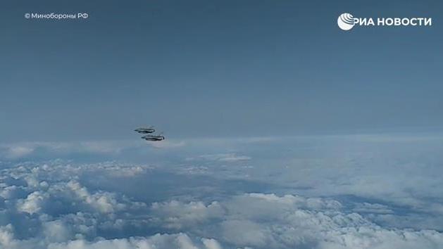 俄苏-27在黑海水域上空拦截2架法国战斗机