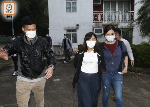 何忻诺(前排中)被押离居所 图片来源:东网