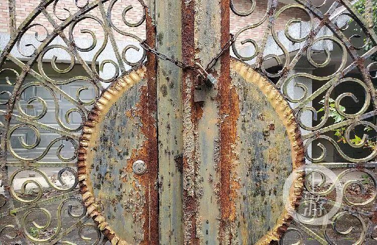 10月26日,长沙同升湖山庄别墅区,一栋别墅艺术大门紧闭,锈迹斑斑。/记者 肖鹏