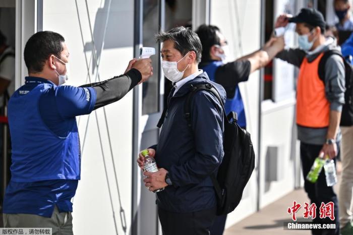 """据报道,作为新冠病毒对策,日本方面测试了东京奥运入场时检测体温的三种方法,包括热成像仪测温、非接触式体温计、贴在手腕上就能知道是否发热的""""测温贴""""。"""