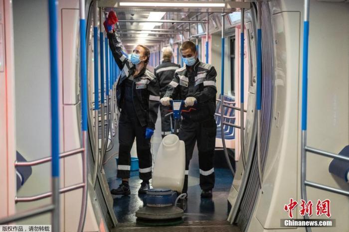 当地时间2020年10月22日,俄罗斯莫斯科,工作人员给车厢消杀。