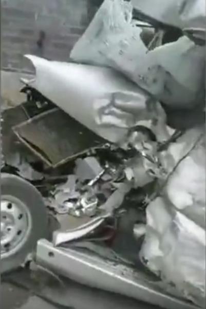 面包车整个驾驶室凹下。