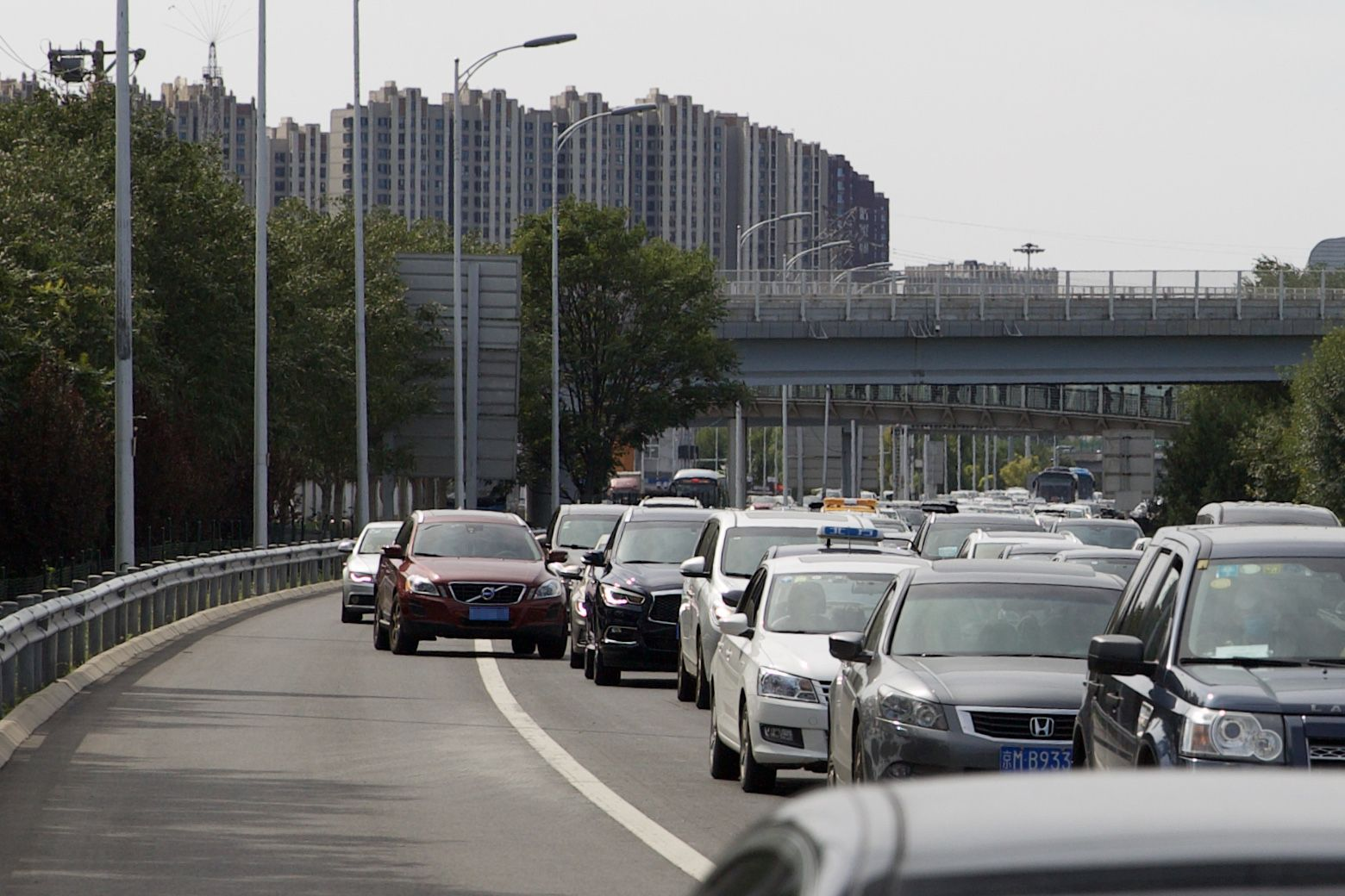 """北京交警严查""""违法占用应急车道"""" 昨日380余名司机被罚"""