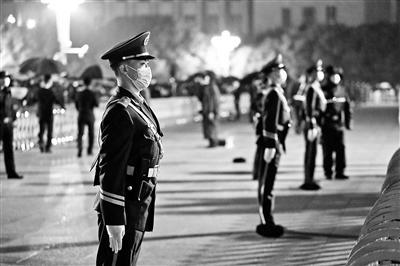 武警官兵们在雨中执勤摄影/李超