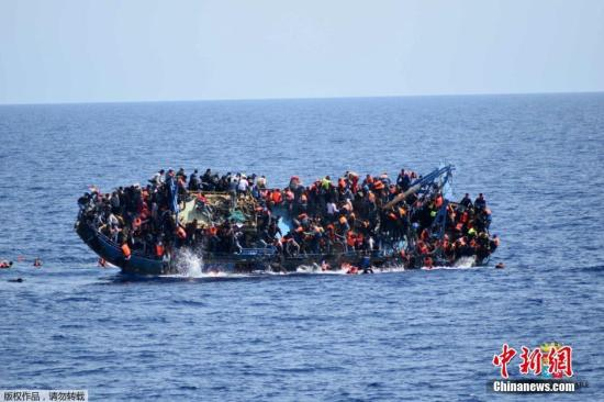 原料图:难民船推翻。
