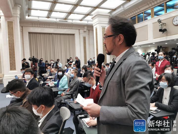 日本朝日消息记者挑问
