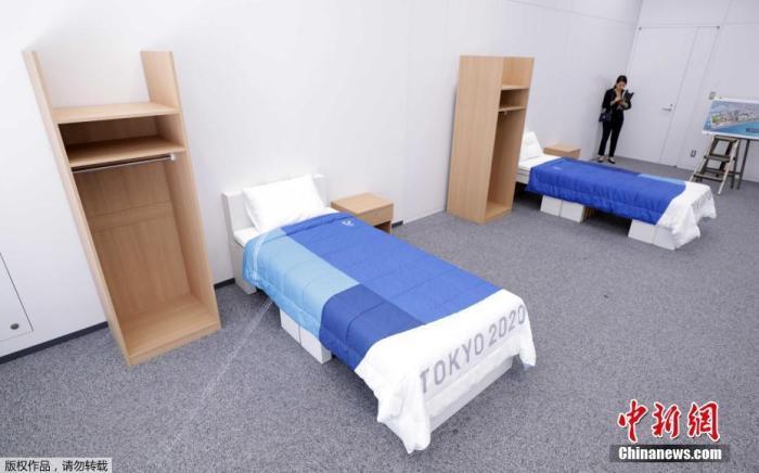 东京奥运会奥运村、残奥会残奥村行使的床、桌子、衣柜等家具亮相。