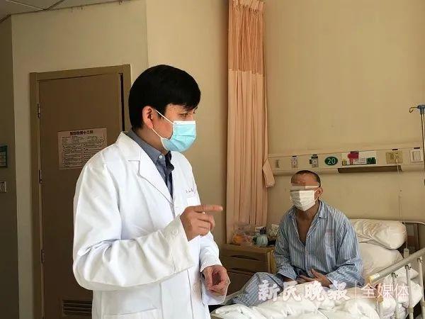 长假首日,记者跟随张文宏医生查房新民晚报记者 左妍 摄(下同)
