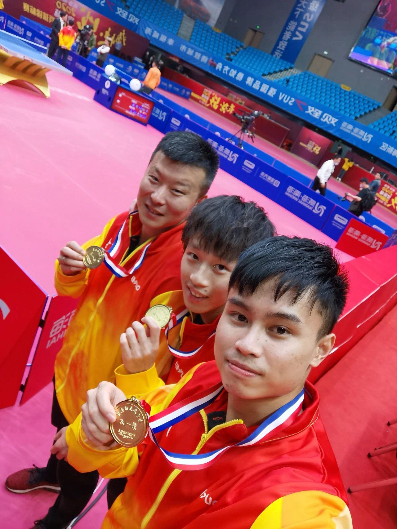 男团冠军成员赛后相符影。图/国际乒联公号