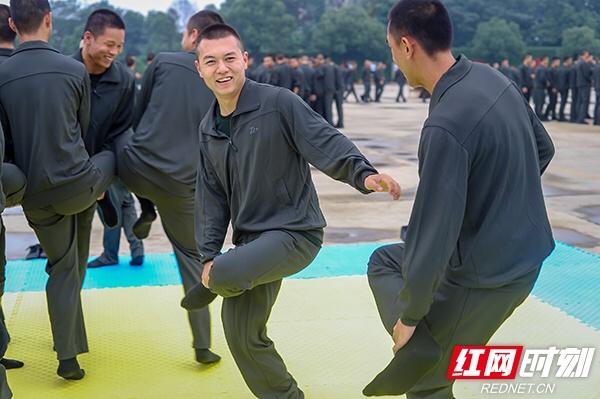 """组图丨""""斗鸡""""掰手腕 武警湖南总队新兵开心度假期"""
