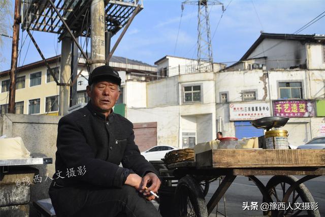 70岁老汉凌晨4点做豆腐,守着摊位打瞌睡,老手艺坚持30多年86岁老科学