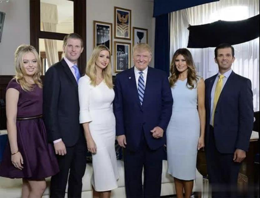 从左到右依次为: 特朗普小女儿蒂芬妮、小儿子埃里克、大女儿伊万卡、特朗普夫妇、大儿子小特朗普