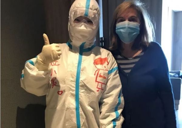 记者终结阻隔时与别名护士相符影。(法国公共电台网站)