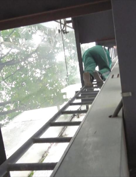 """恐高医生爬10米高台救人:印象最深的是被救者一直在说""""不要让我妈妈知道"""""""