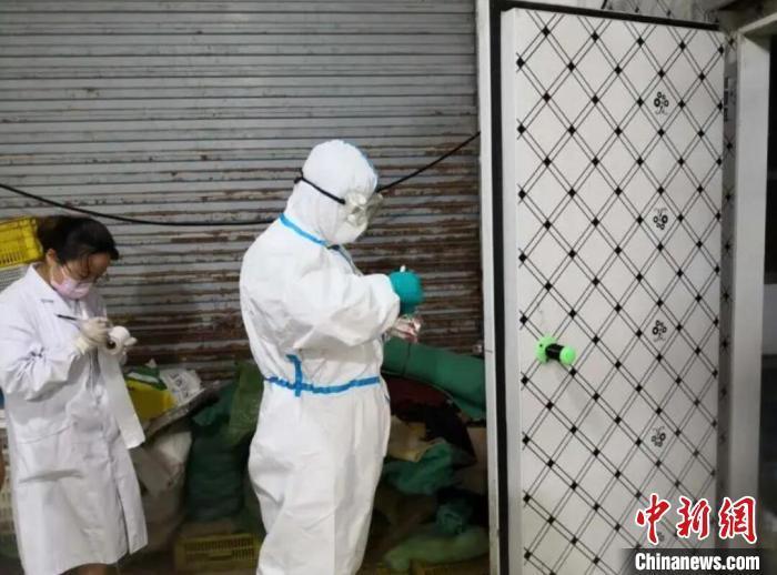 资料图:南京市防疫人员从水产市场和农贸市场等重点场所采集样本。南京市卫健委供图