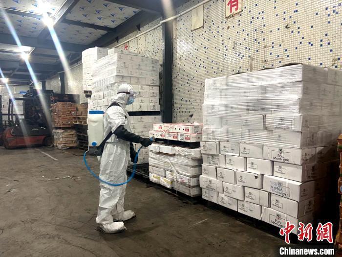 资料图:工作人员对进口冻品进行入库前的消杀 广州市市场监督管理局 供图