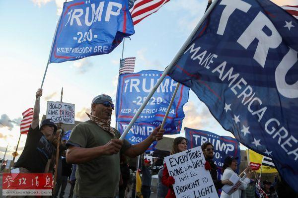 原料图片:特朗普的声援者11月8日在亚利桑那州菲尼克斯举走集会(路透社)。