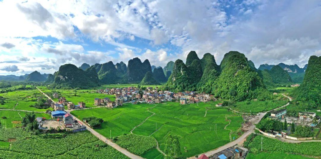 广西环江毛南族自治县大才乡重楼村四通八达的乡村公路和美丽的田园景色。新华社发