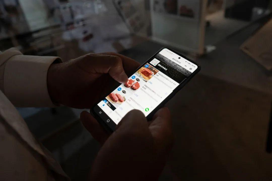 ▲11月9日,在阿根廷埃斯科瓦尔,做事人员展现跨境电商平台潘帕市场的柔件程序。新华社发(马丁·萨巴拉摄)