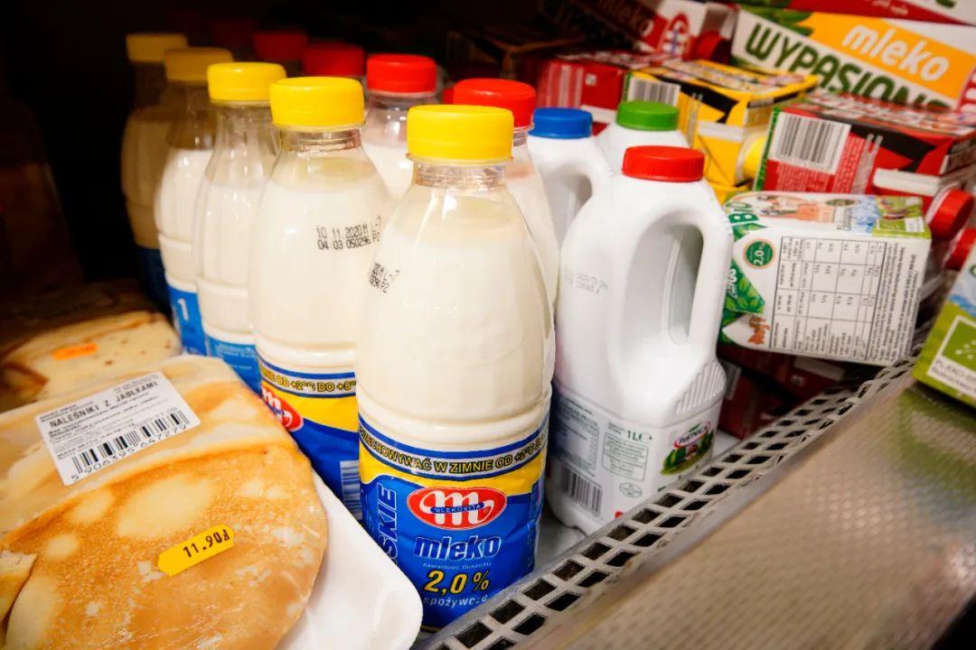 ▲这是11月5日在波兰首都华沙一家超市里拍摄的波兰妙可牌牛奶。新华社发(亚普·阿林摄)