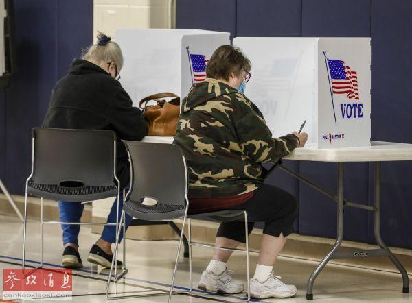 原料图片:11月3日,在美国威斯康星州基诺沙,选民在一处投票站填写选票。(新华社发)