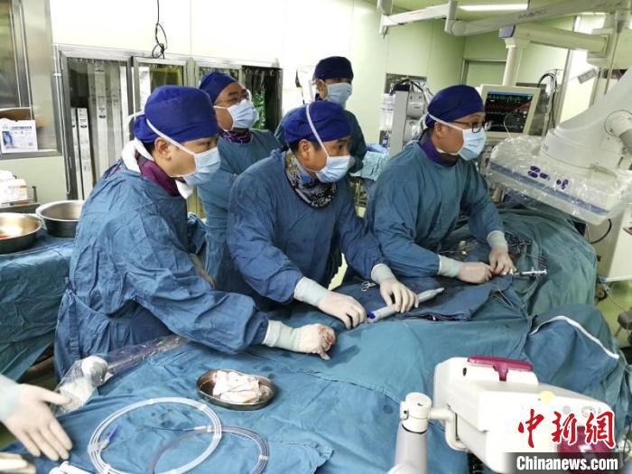 资料图:医生为患者进行手术(图文无关)新华医院供图