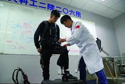图说:研发人员试穿外骨骼。