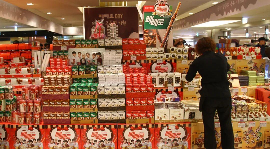 ▲2014年11月11日,在韩国首尔,一家商场摆出各式各样的巧克力棒吸引消耗者购买。新华社记者姚琪琳摄