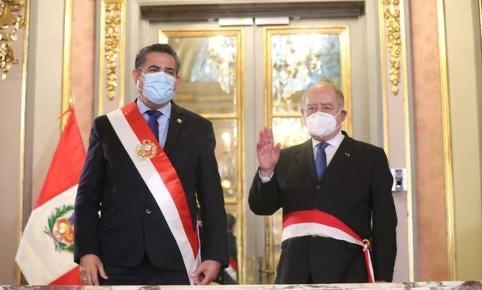 秘鲁总统梅里诺任命部长会议主席(总理)弗洛雷斯-阿劳斯宣誓就职