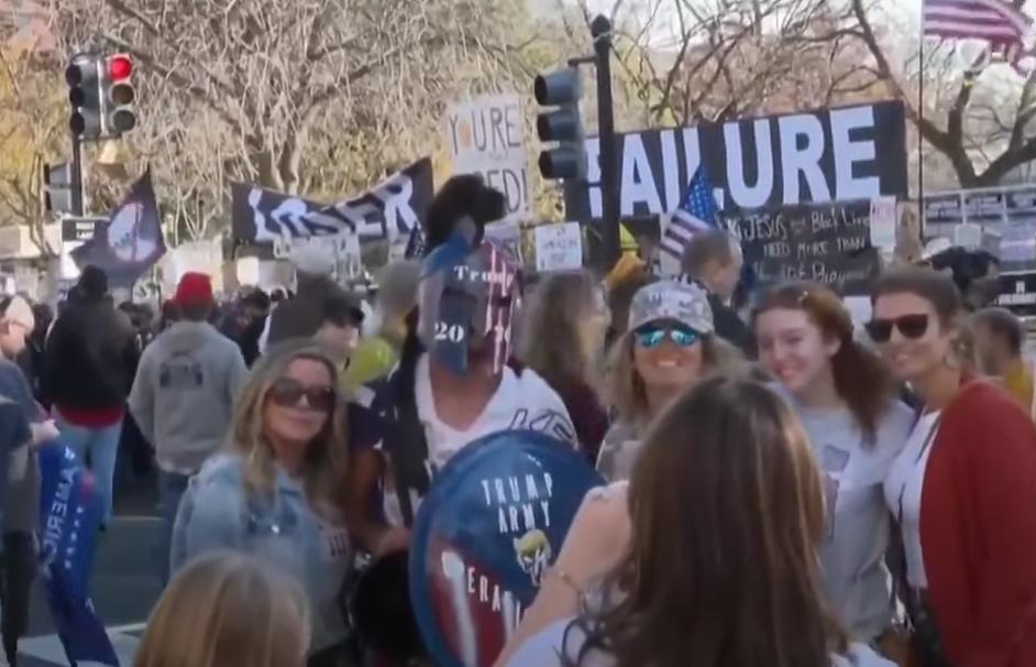 游走前一日,特朗普声援者荟萃在白宫附近 视频截图