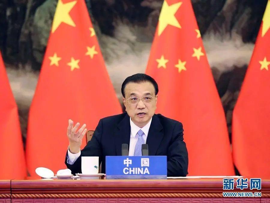 11月15日上午,国务院总理李克强在北京人民大会堂出席第四次区域全面经济伙伴关系协定(RCEP)领导人会议。东盟十国以及韩国、日本、澳大利亚、新西兰等国家领导人与会。会议以视频形式举行。新华社记者 刘卫兵 摄