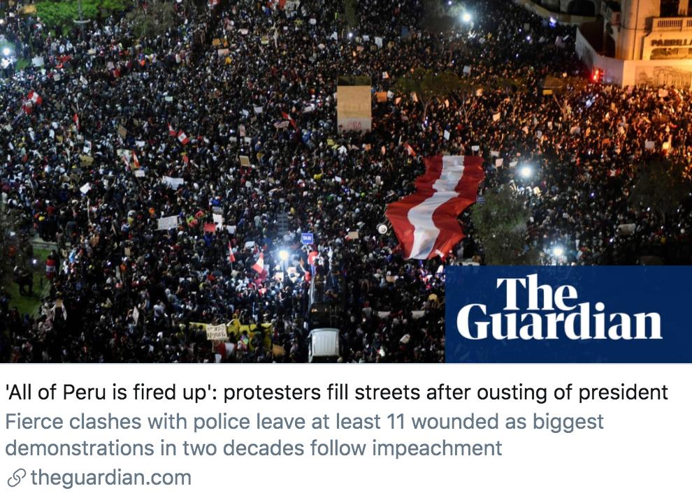 秘鲁总统宣布离职后,抗议者涌上街头。/《卫报》报道截图