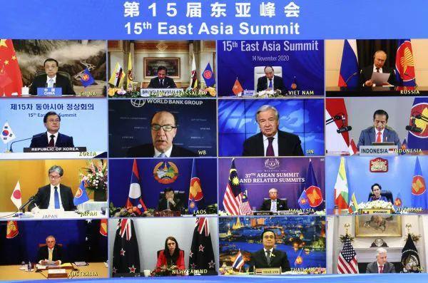 ▲11月14日晚,国务院总理李克强在北京人民大会堂出席第15届东亚峰会。会议以视频形态举走。(新华社)