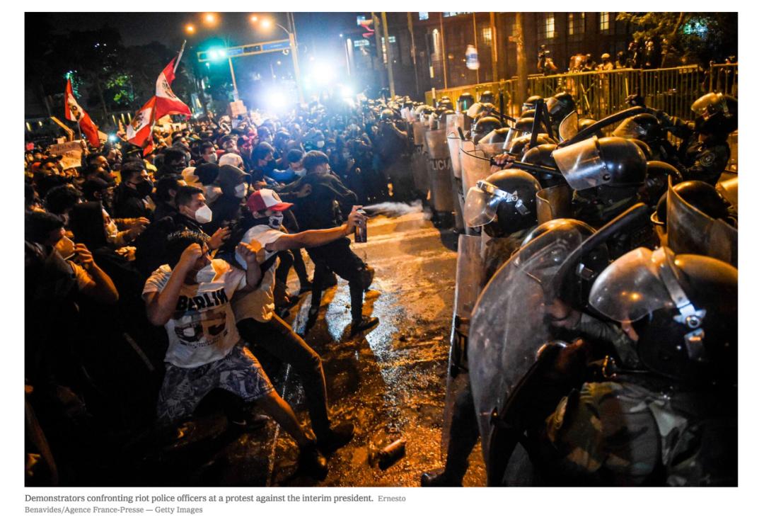 示威者与防暴警察发生冲突。/《纽约时报》网站截图