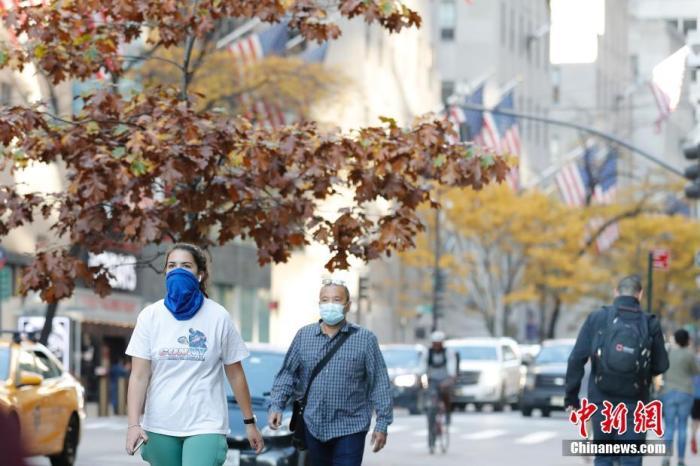 原料图:当地时间11月9日,美国纽约市曼哈顿区第五大道上的民多。 中新社记者 廖攀 摄