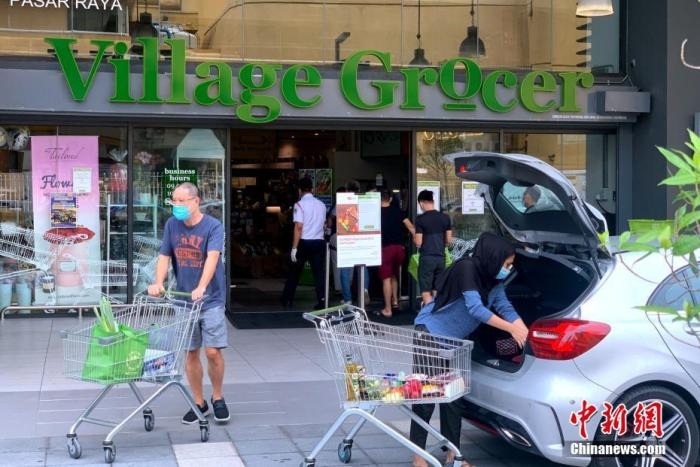 当地时间10月12日,马来西亚吉隆坡,民多在一家超市购买生活物资。中新社记者 陈悦 摄