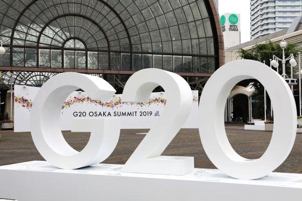 这是2019年6月27日在日本大阪拍摄的G20大阪峰会信息中央入口处的标志。新华社